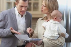 Должен ли муж платить алименты жене, если она в декрете