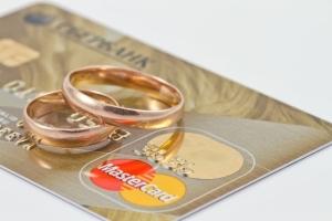 Надо ли при смене фамилии менять зарплатную карту