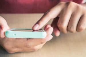 Через мобильные приложения