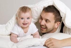 Как дать ребенку фамилию отца, если отец и мать не расписаны?