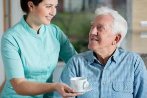 Кому положен соцработник по уходу за пожилыми людьми?