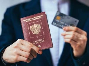 Нужно ли менять банковскую карту при смене паспорта по достижения возраста 20 и 45 лет?