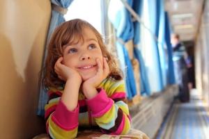 Со скольки лет разрешено ребенку следовать в поедах дальнего следования