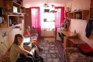 Сколько человек можно зарегистрировать в комнате общежития?
