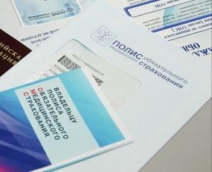 Что делать, если полис ОМС есть на руках, но в регистратуре отказываются принимать больного из другого региона?
