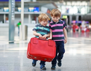 С кем разрешено путешествовать несовершеннолетним детям